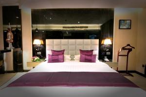 سرير أو أسرّة في غرفة في فندق Frsan Palace