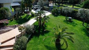 A view of the garden at Hotel Villa Claudia or nearby