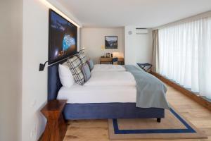 Кровать или кровати в номере Leoneck Swiss Hotel