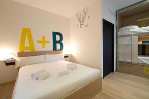 A bed or beds in a room at For You Hostel Sevilla