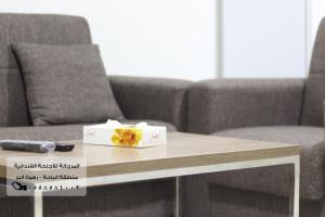 Uma área de estar em Al Murjana Furnished Units - Families Only