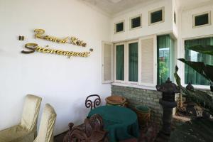 A seating area at Sri Manganti Guest House