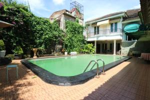 The swimming pool at or close to Sri Manganti Guest House