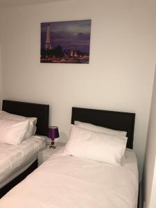 A bed or beds in a room at Fairview city centre apartment - Basildon