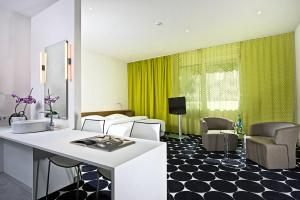 A seating area at Tryp by Wyndham Frankfurt