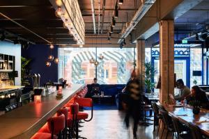Een restaurant of ander eetgelegenheid bij The Student Hotel The Hague