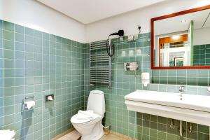 A bathroom at Helnan Marselis Hotel