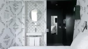 A bathroom at Kaboom Hotel Maastricht