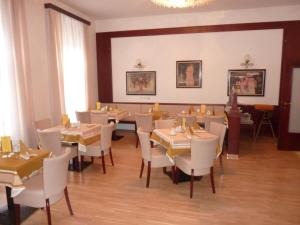 A restaurant or other place to eat at Grandhotel Garni