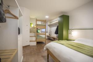 Ein Etagenbett oder Etagenbetten in einem Zimmer der Unterkunft Agriturismo Cjargnei