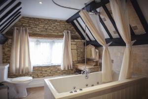 A bathroom at The Lamb Inn