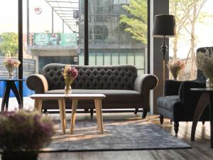 A seating area at Arch39 Hotel The Wall Plaza