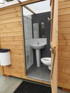 Salle de bains dans l'établissement Camping le Chêne