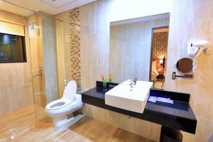 A bathroom at Ijen Suites Resort & Convention