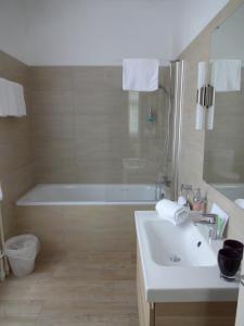 Ванная комната в Hotel Schweizerhof