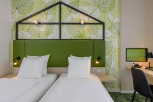 A bed or beds in a room at Mercure Hotel Hannover Mitte