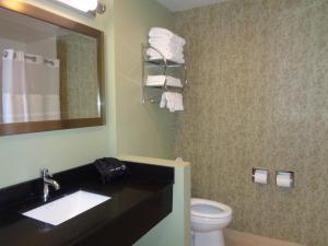 A bathroom at Baymont by Wyndham Kingston Plymouth Bay