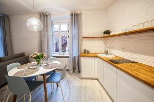 Kuchnia lub aneks kuchenny w obiekcie Apartamenty toruńskie pod Krzywą Wieżą