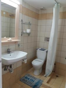A bathroom at Venardos Hotel