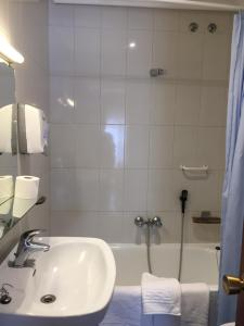 A bathroom at Hotel Derby