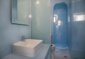 A bathroom at Corrado Caldera Apartments