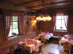 Ein Restaurant oder anderes Speiselokal in der Unterkunft Gasthof Safenhof
