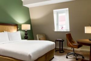 A bed or beds in a room at St. Pancras Renaissance Hotel London