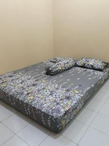 A bed or beds in a room at Kembang Baru Homestay