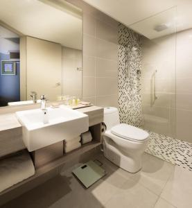 A bathroom at DoubleTree Resort by Hilton Hotel Penang