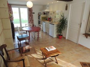 A kitchen or kitchenette at La Jarillais