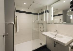 A bathroom at Mercure Hotel Düsseldorf Süd