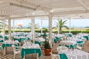 A restaurant or other place to eat at El Mouradi Mahdia