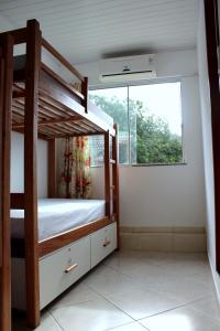 Uma ou mais camas em beliche em um quarto em Beira Mar Hostel & Suítes