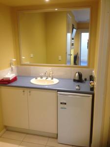 A bathroom at Kyabram Motor Inn