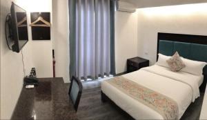 A bed or beds in a room at El Puerto Boracay