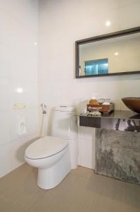 A bathroom at Sunrise Tropical Resort