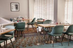 A restaurant or other place to eat at Mercure London Watford Hotel