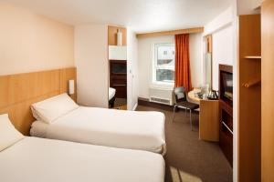 A bed or beds in a room at ibis Birmingham Centre New Street Station Hotel