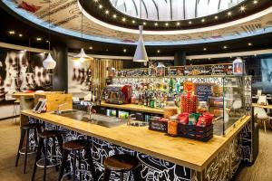 The lounge or bar area at ibis Birmingham Centre New Street Station Hotel