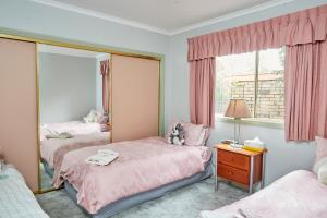 A bed or beds in a room at Bristol House Accommodation