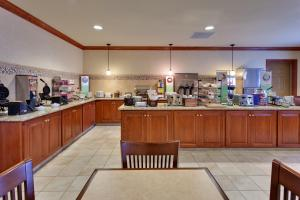 A restaurant or other place to eat at Country Inn & Suites by Radisson, Buffalo South I-90, NY