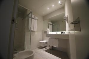 A bathroom at Apartamentos Sevilla Centro