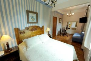 A bed or beds in a room at Hotel York