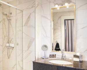 A bathroom at Opus XVI