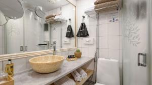 A bathroom at Hotel Haaga Central Park