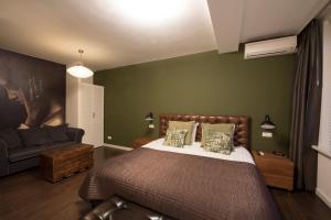 Een bed of bedden in een kamer bij Brainport Hotel and Apartments