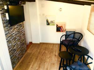 TV o dispositivi per l'intrattenimento presso Komiza Provita Guesthouse