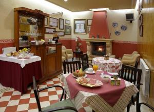 Un restaurante o sitio para comer en Hotel Villa de Luarca