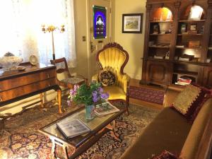 A seating area at Barretta Gardens Inn