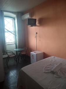A television and/or entertainment centre at Pousada Solar dos Romanos